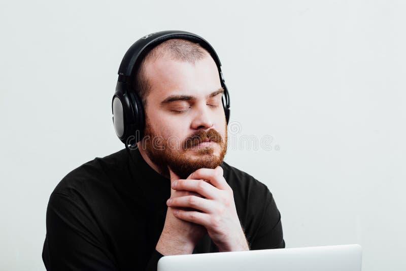 Portrait d'un brutal masculin rouge-barbu et presque chauve B d'isolement par blanc photo stock