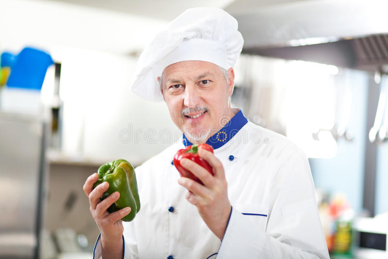 Portrait d'un chef dans sa cuisine photographie stock libre de droits
