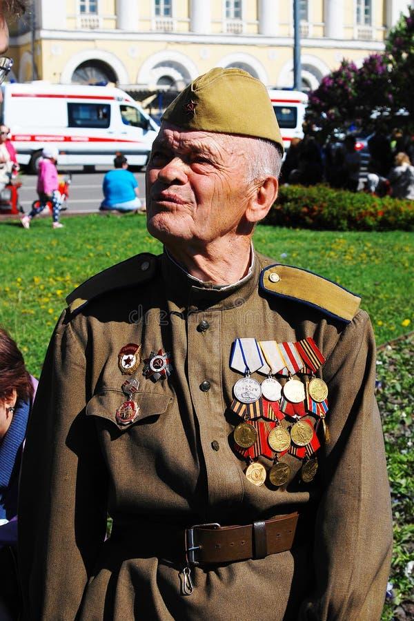 Portrait d'un combattant portant beaucoup de médailles. image stock