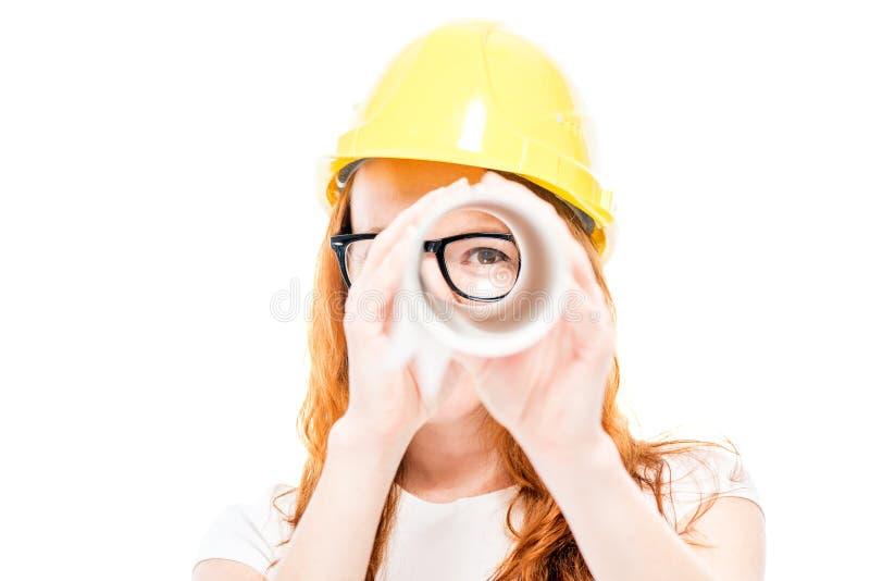 Portrait d'un constructeur de femme qui regarde par des modèles As images stock
