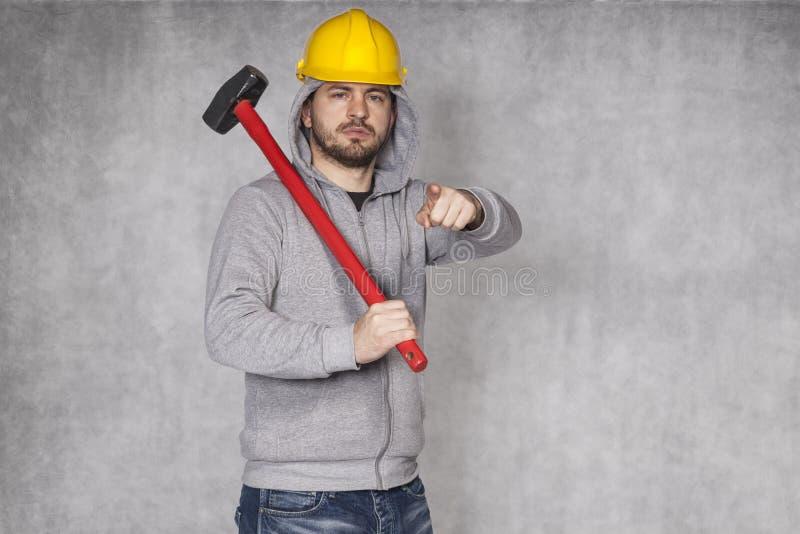Portrait d'un constructeur qui vous montre photos libres de droits