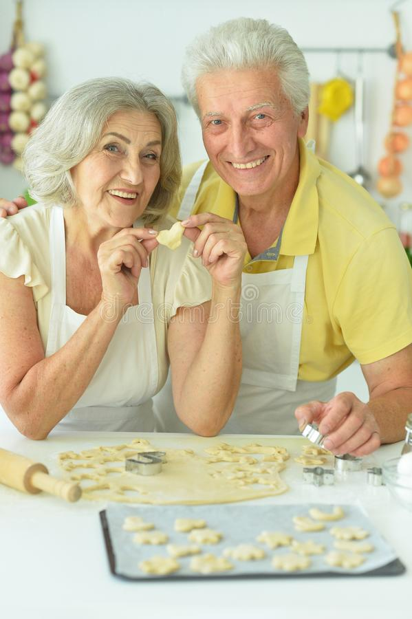 Portrait d'un couple âgé cuisinant à la maison dans la cuisine photographie stock libre de droits