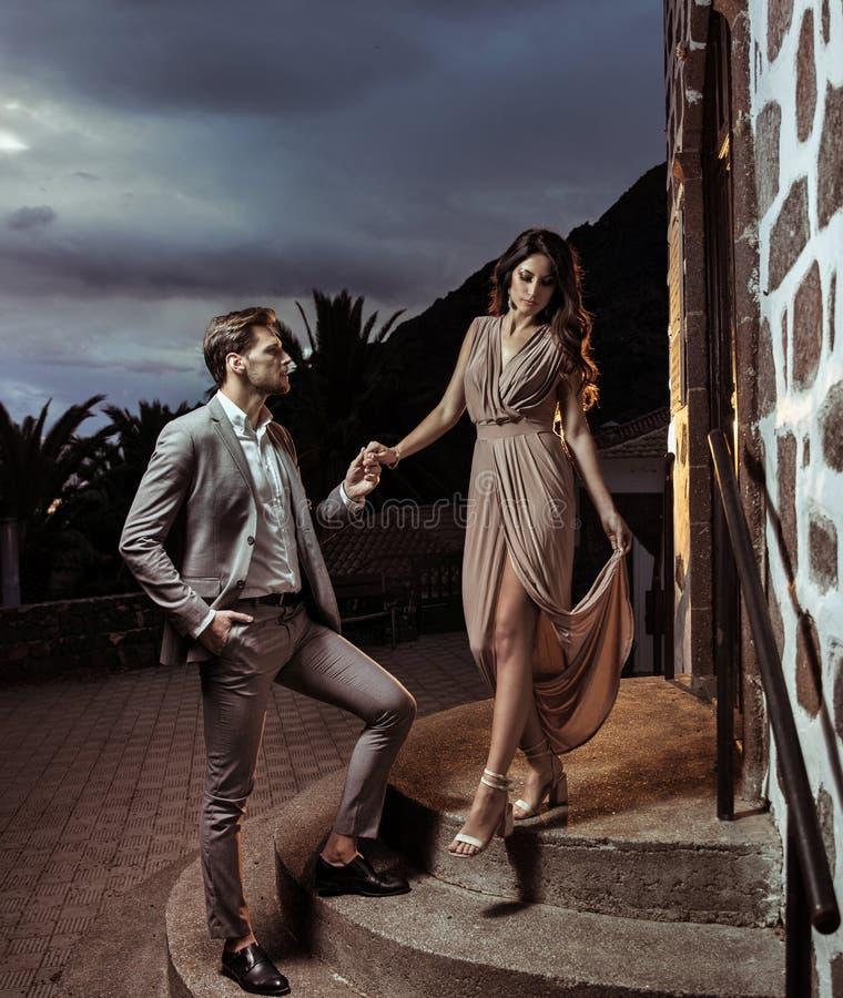 Portrait d'un couple élégant une date photos stock