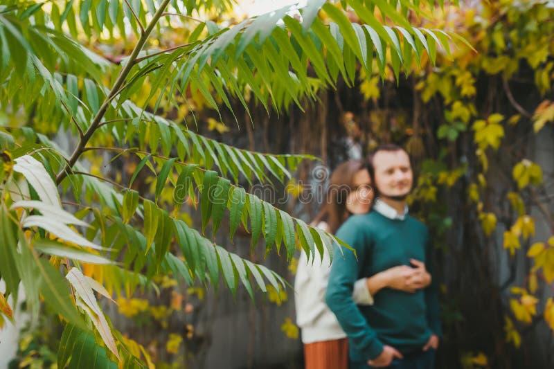 Portrait d'un couple d'amoureux debout à l'extérieur de la maison de campagne photographie stock