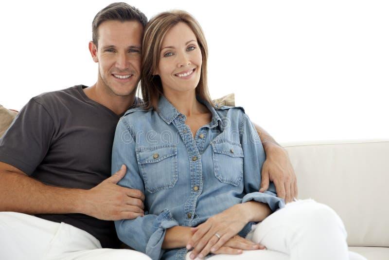 Portrait d'un couple heureux à la maison images stock