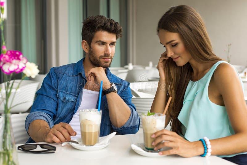 Portrait d'un couple heureux dans le restaurant images libres de droits