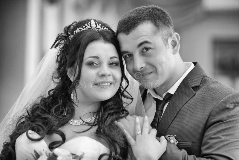 Portrait d'un couple heureux de nouveaux mariés image stock