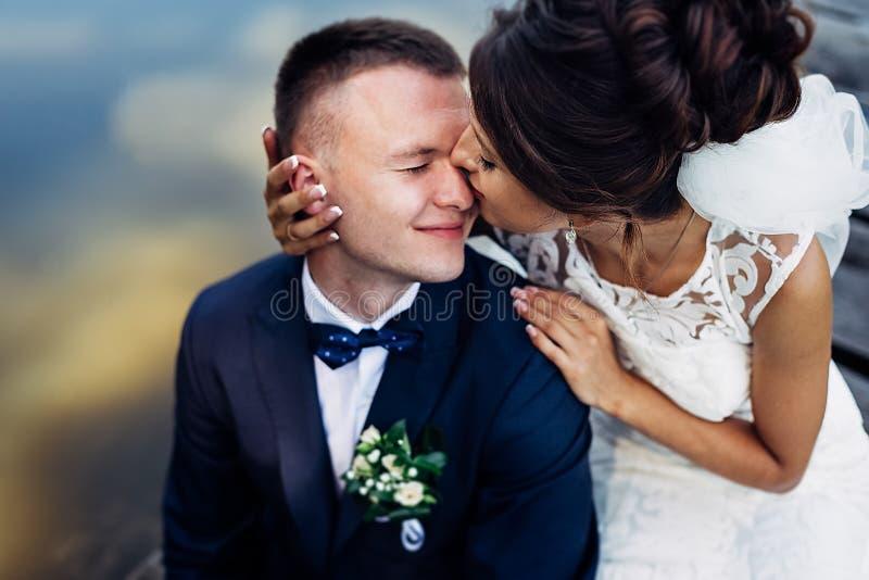 Portrait d'un couple l'?pousant ?tonnant image libre de droits