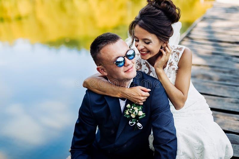 Portrait d'un couple l'?pousant ?tonnant photo stock