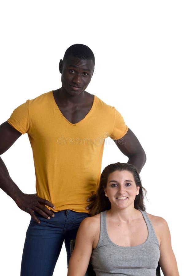 Portrait d'un couple mélangé sur le blanc, image libre de droits