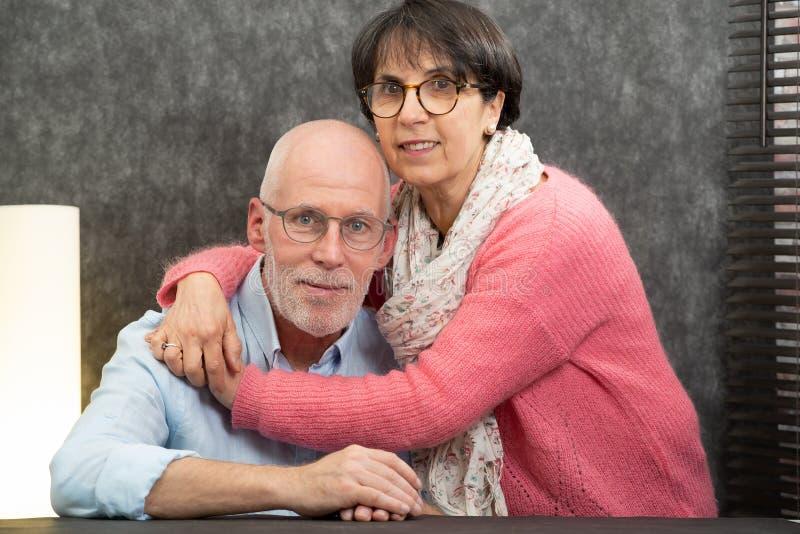 Portrait d'un couple supérieur heureux à la maison images stock