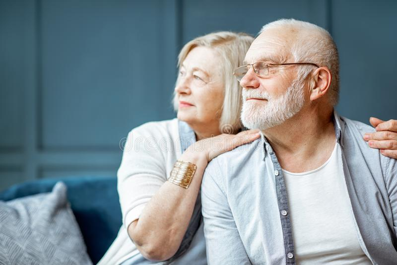 Portrait d'un couple sup?rieur ? la maison image libre de droits