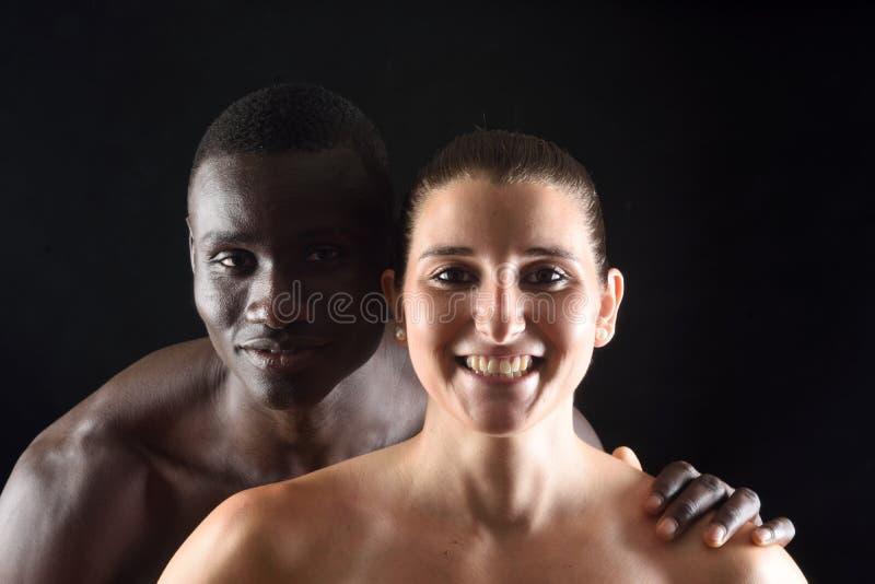 Portrait d'un couple sur le noir images stock
