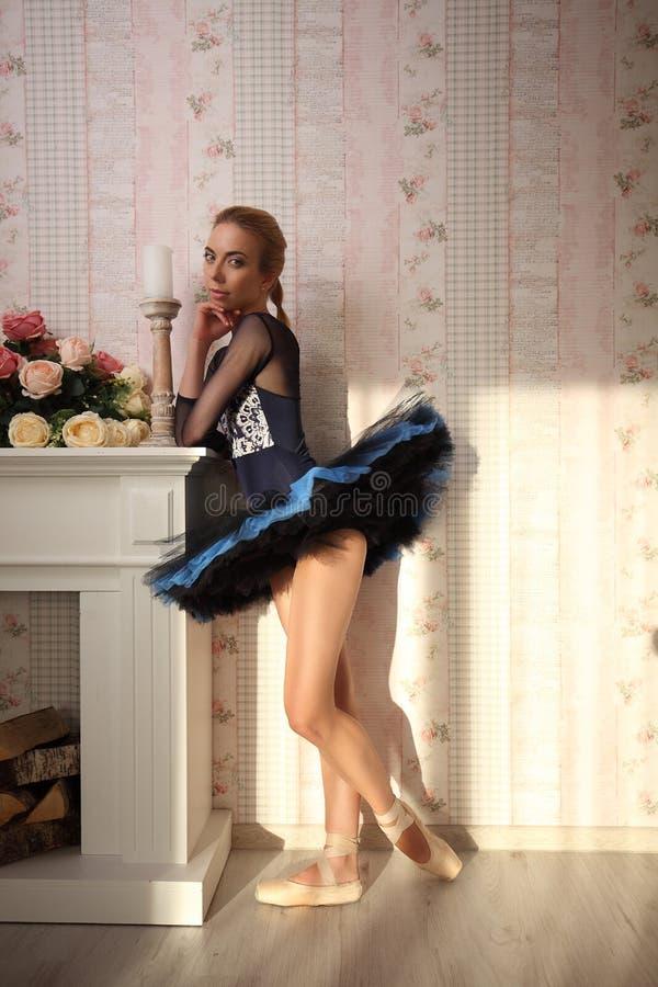 Portrait d'un danseur classique professionnel dans la lumière du soleil dans l'intérieur à la maison photo stock