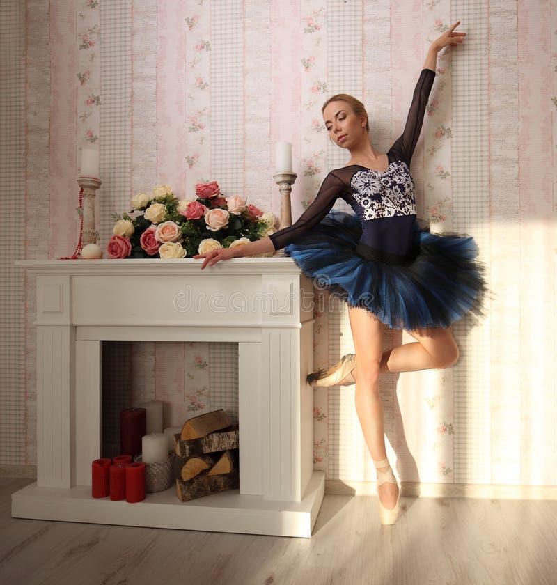 Portrait d'un danseur classique professionnel dans la lumière du soleil dans l'intérieur à la maison, se tenant sur une jambe Con photographie stock