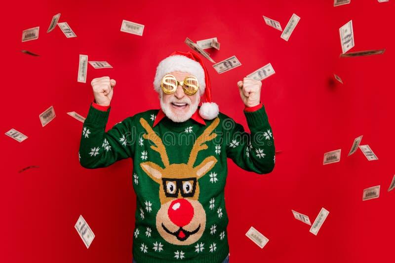 Portrait d'un drôle de fou grisâtre blanc à cheveux barbu vieil homme gagner lottery x mas revenu l'argent volent chuchoter oui images libres de droits