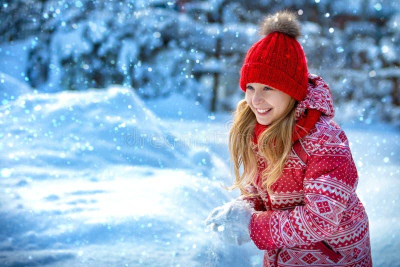 Portrait d'un enfant gai pendant l'hiver dehors Rires de fille images libres de droits