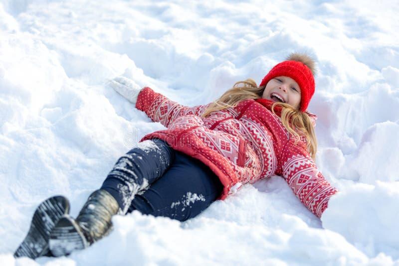 Portrait d'un enfant heureux pendant l'hiver Fille gaie dehors image stock