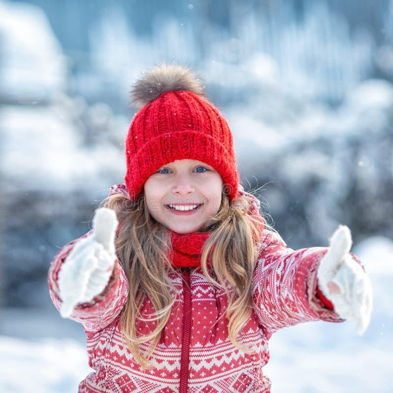 Portrait d'un enfant heureux pendant l'hiver Fille gaie dehors photo libre de droits