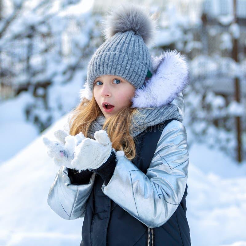 Portrait d'un enfant heureux pendant l'hiver Fille gaie dehors photo stock