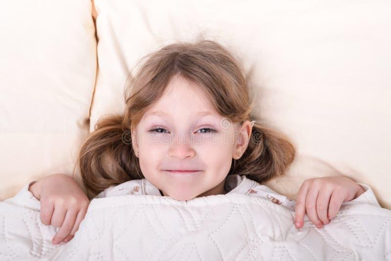 Portrait d'un enfant sous la couverture photo libre de droits