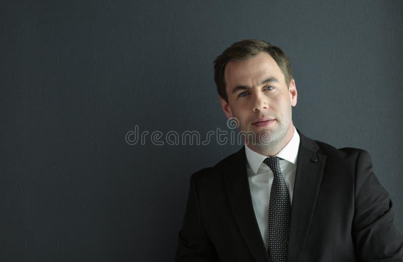 Portrait d'un ext?rieur debout d'homme d'affaires m?r s?r photographie stock libre de droits