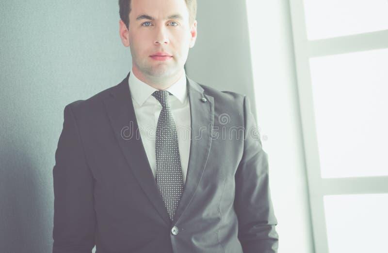 Portrait d'un ext?rieur debout d'homme d'affaires m?r s?r image libre de droits