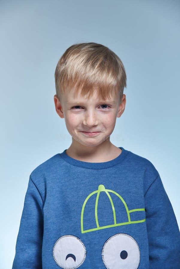 Portrait d'un garçon émotif et adroit drôle photographie stock libre de droits