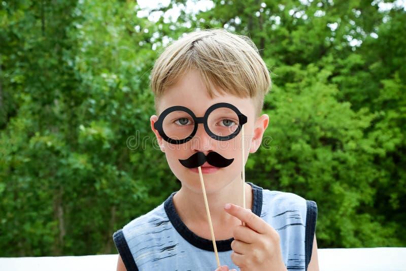 Portrait d'un garçon avec une moustache photos libres de droits