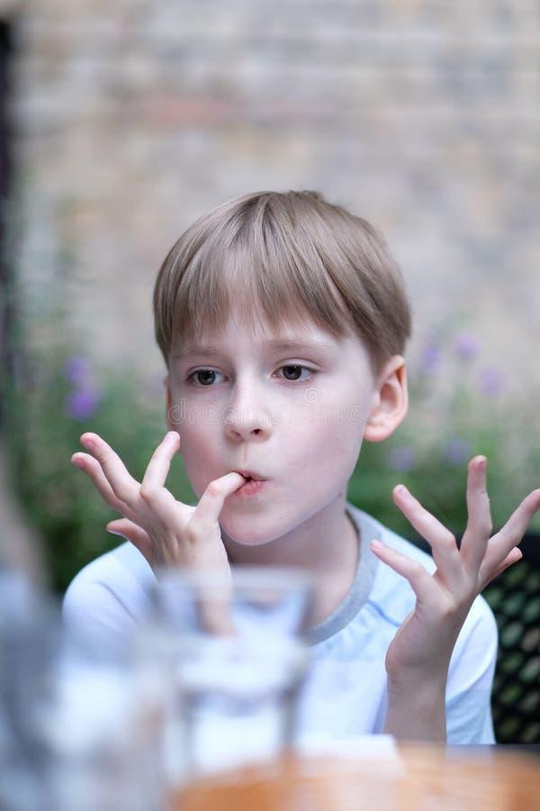 Portrait d'un garçon d'âge scolaire photos stock