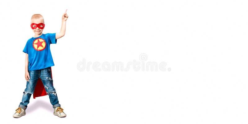 Portrait d'un garçon dans un costume de super héros d'isolement sur le fond blanc photo libre de droits