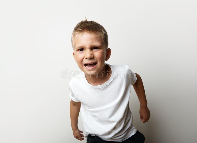 Portrait d'un garçon dans le T-shirt blanc Il est très photos libres de droits
