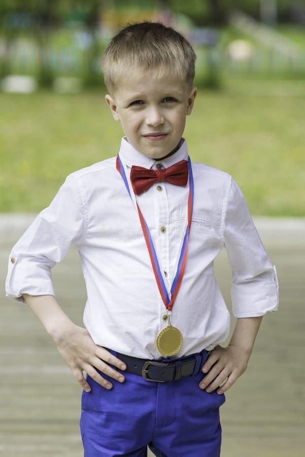 Portrait d'un garçon dans une chemise blanche et un noeud papillon rouge photo libre de droits