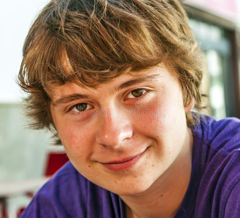 Portrait d'un garçon de l'adolescence de sourire image stock