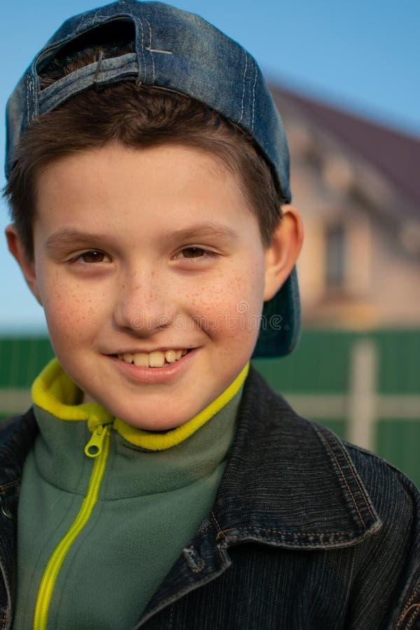 Portrait d'un garçon dehors, au coucher du soleil photo stock