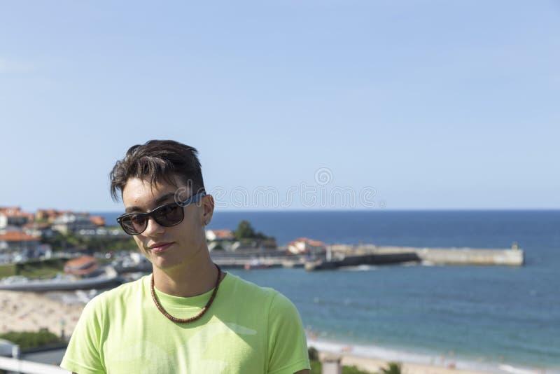 Portrait d'un garçon en été outre de la côte de Comillas, la Cantabrie photos libres de droits