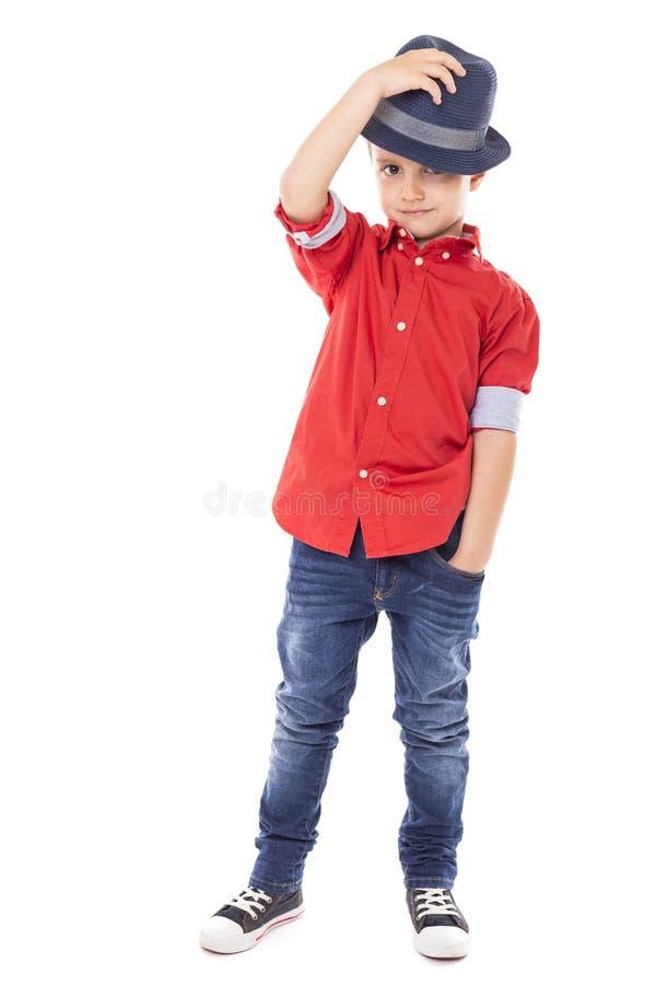 Portrait d'un garçon heureux tenant son chapeau photographie stock