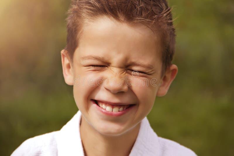Portrait d'un garçon riant dans un kimono photographie stock