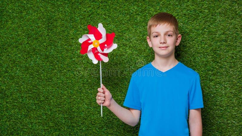 Portrait d'un garçon tenant le soleil au-dessus de l'herbe image stock