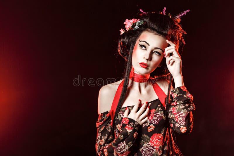 Portrait d'un geisha avec des cheveux et le maquillage photographie stock