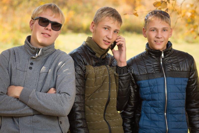Portrait d'un groupe de jeunes hommes image stock