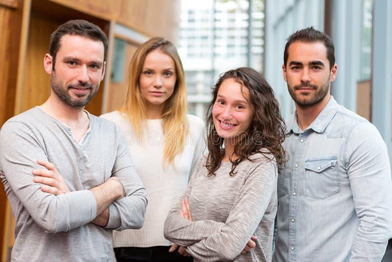 Portrait d'un groupe de jeunes travailleurs attirants photos libres de droits