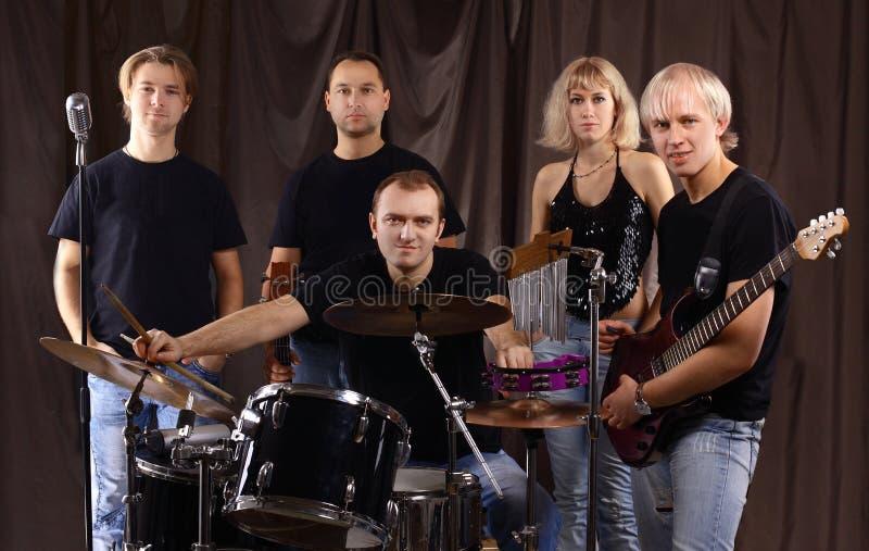 Portrait d'un groupe musical d'étudiant dans la répétition photographie stock