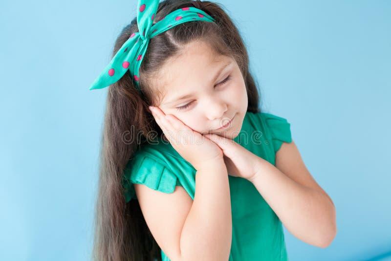 Portrait d'un habillement vert de beau de jeune fille silence de sommeil photos stock