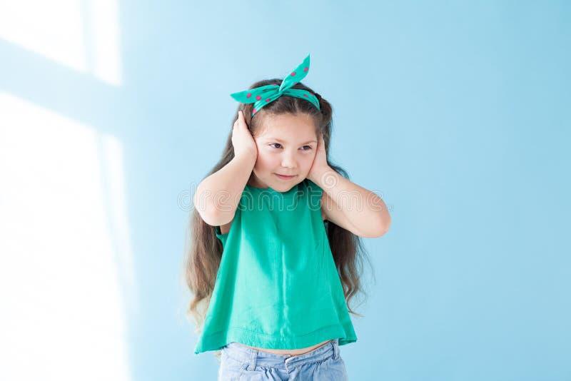 Portrait d'un habillement vert de beau de jeune fille silence de sommeil images stock