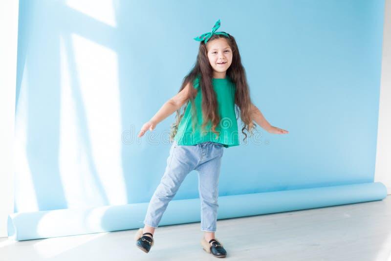 Portrait d'un habillement vert de beau de jeune fille silence de sommeil photo libre de droits