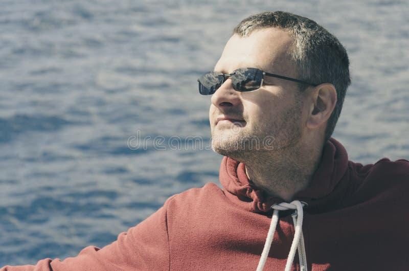 Portrait d'un homme à la mer photo stock