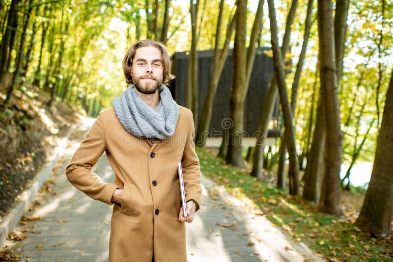 Portrait d'un homme élégant dans la forêt image stock