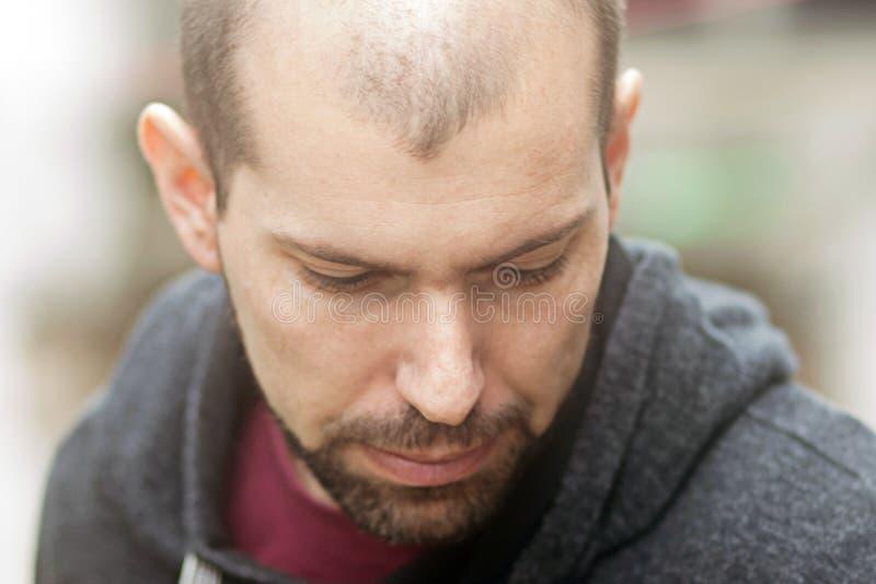 Portrait d'un homme adulte triste photos stock