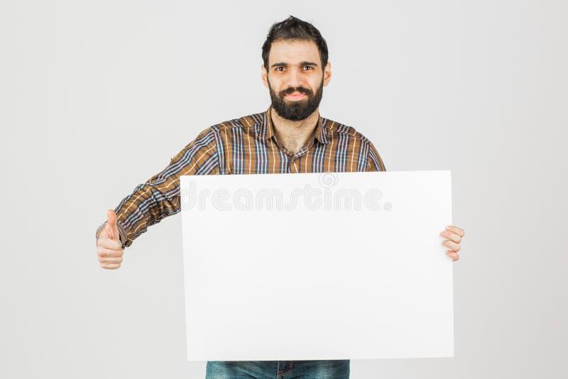 Portrait d'un homme d'affaires barbu tenant un panneau vide blanc W photos libres de droits